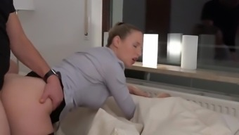 Mit Schwanz im Arsch sprudelt der Natursekt aus dieser Pussy