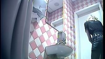 Скрытые камеры лондоне женских туалетах, порно я только пососу