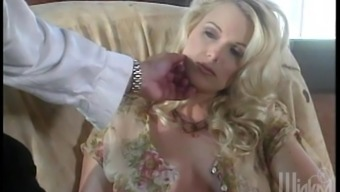 Great blondes contain an amazing lesbian threesome