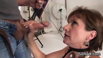 Betraying uk milf lady sonia displays her heavy boobies