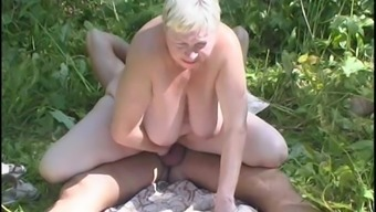 Hot granny offers a messy blowjob thereafter gets nailed outdoors