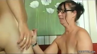 MILF Mutter hilft ihm mit seinem ersten Fick