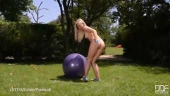 Tasty Glamour Babe Tracy Lindsay Cums hard on Sexercise ball