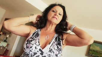 Mature woman Rita Daniels as well as other cougars exhibit such a our bodies
