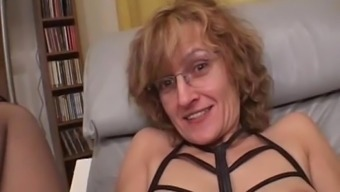 Newbie Mom gives blowjob by using cumshot in lips